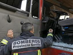bombero quitando los cristales rotos del camión